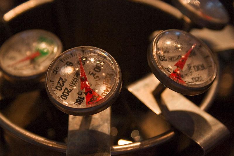 Teploměry pro měření teploty mléka. Kredit: Tijuana Brass / Wikimedia Commons.