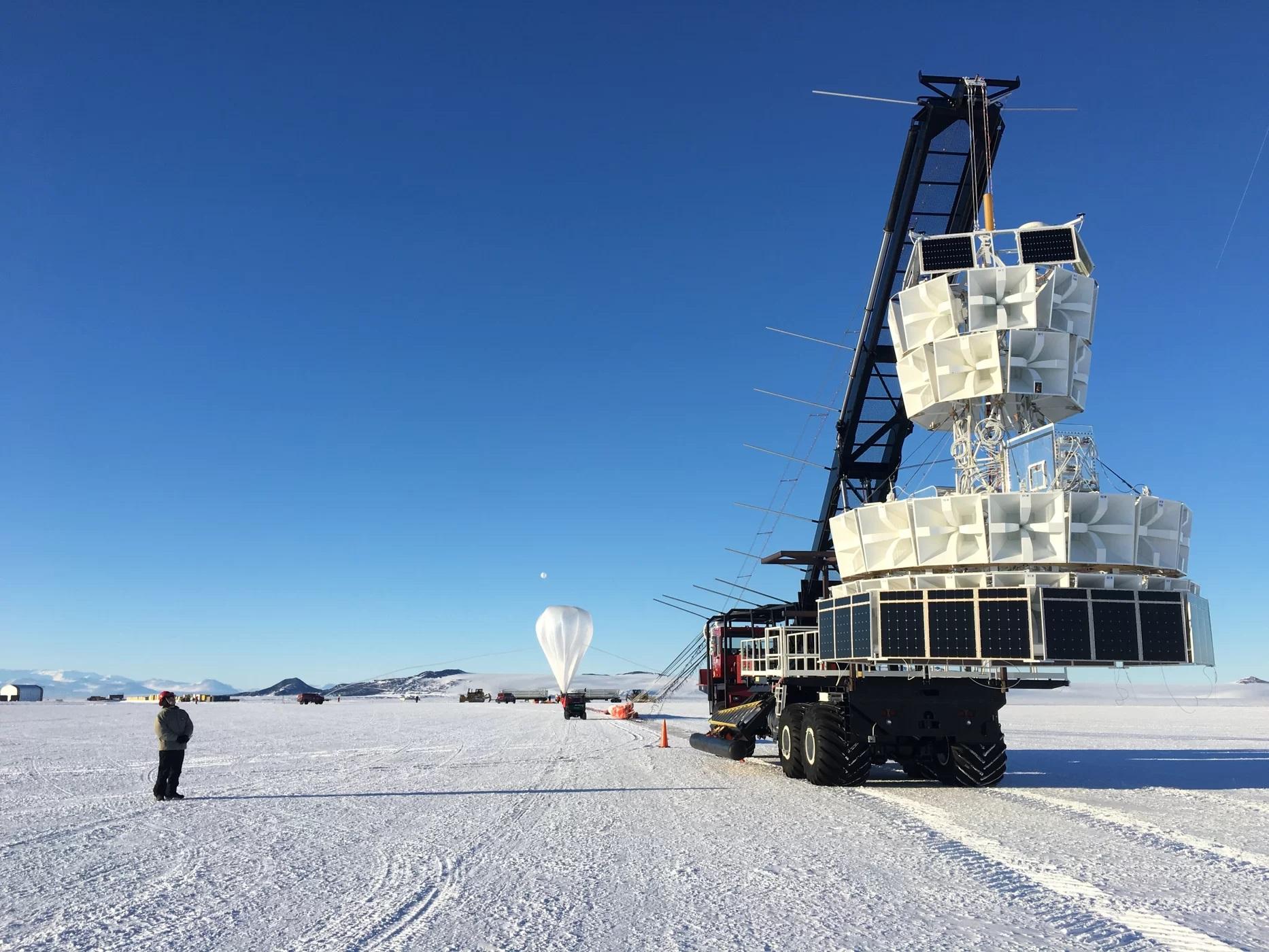 Balon experimentu ANITA se připravuje ke startu. Kredit: NASA.
