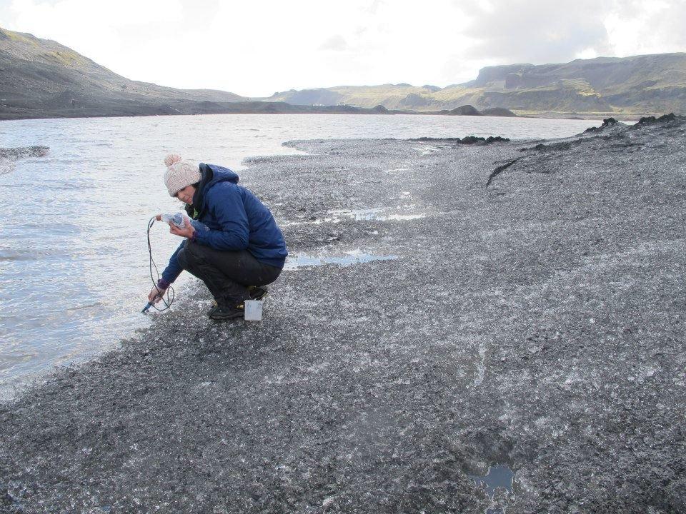 Odebírání vzorku k měření obsahu rozpuštěného metanu. Kredit: Aaron Chesler