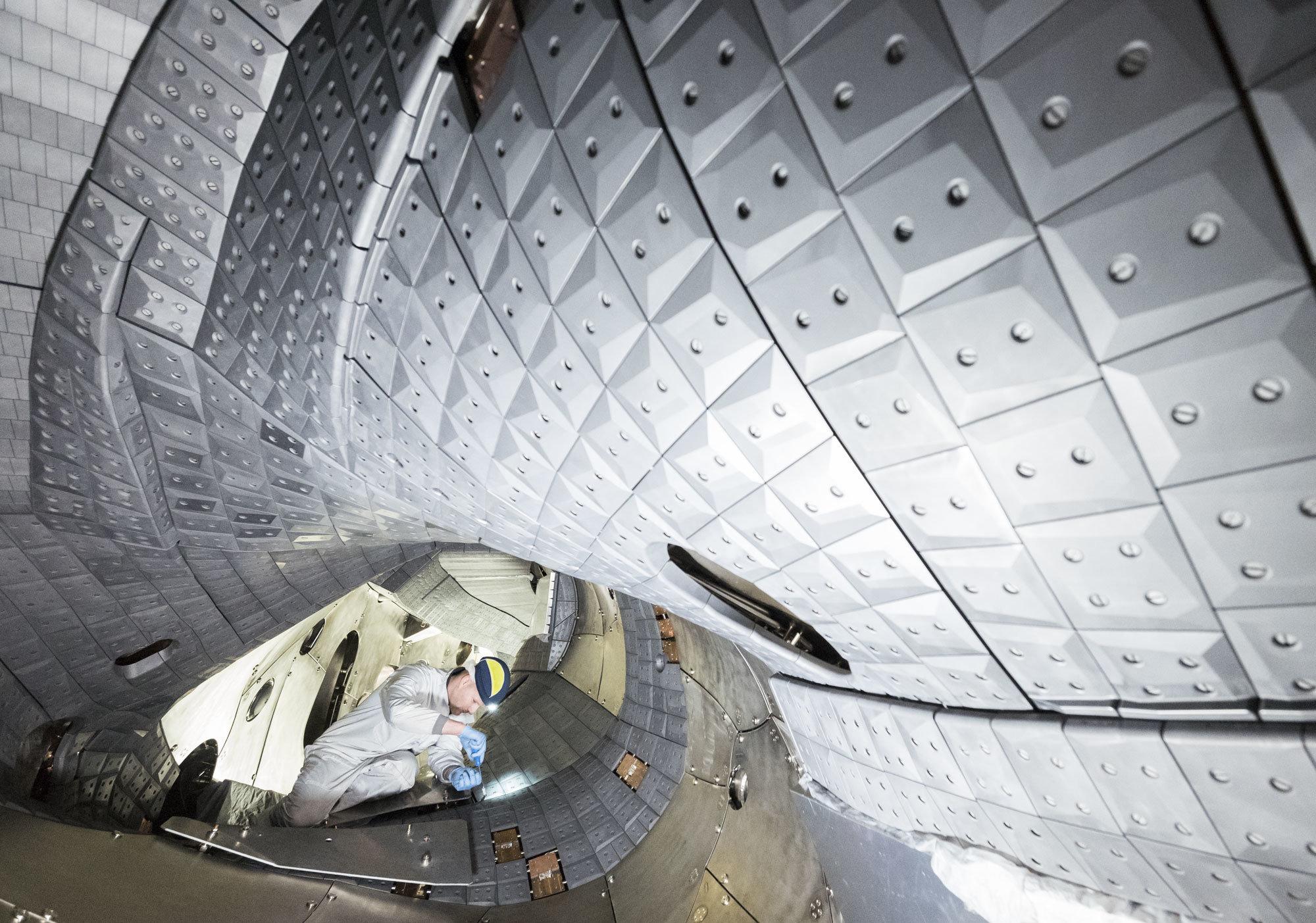 Grafitové obložení uvnitř stellarátoru Wendelstein 7-X. Kredit: IPP / Jan Michael Hosan.
