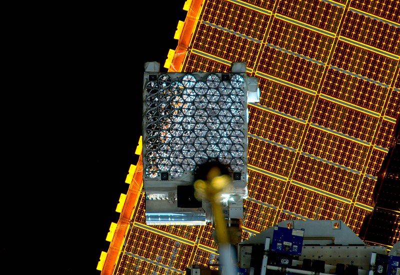 Teleskop NICER na palubě ISS. Kredit: NASA.
