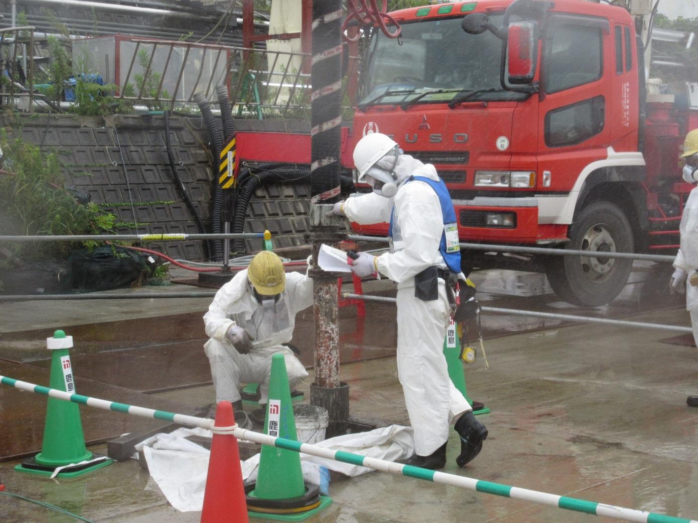 Ucpávání jednoho z kanálů, ze kterého byla odčerpána radioaktivní voda (zdroj TEPCO)