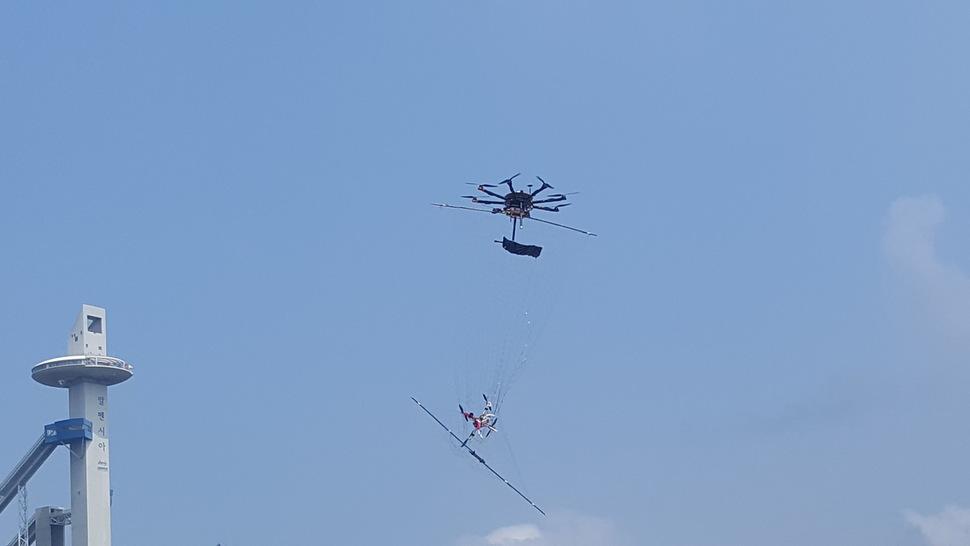 Trénink loveckých dronů se sítí. Kredit: Pyeongchang Olympics anti-Terrorism and Safety Headquarters.