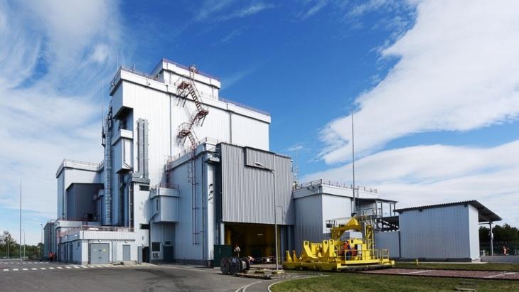 Zařízení pro úpravu a ukládání palivových souborů z bloků RBMK do kontejneru, které je součástí přechodného meziskladu pro tyto palivové soubory (zdroj Černobylská jaderná elektrárna).