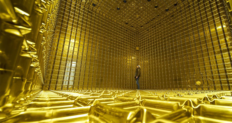 Budování testovacího prototypu detektoru DUNE v laboratoři CERN (zdroj CERN).