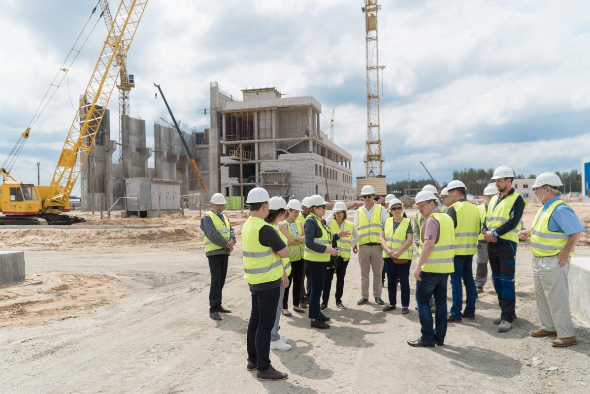 Výstavba druhého suchého meziskladu už také velmi pokročila. Fotografie z návštěvy zahraničních podnikatelů ukazuje stav začátkem června (zdroj Energoatom).