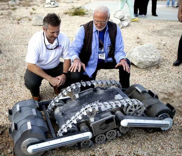 Rover RASSOR, Rob Mueller – senior technologist a astronaut Buzz Aldrin. Credits: NASA/Ben Smegelsky