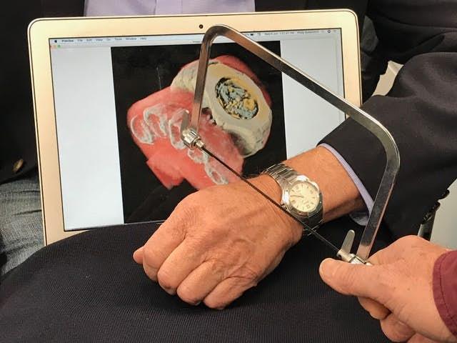 Ruka na snímku patří Philu Butlerovi, jednomu ztvůrců nového zařízení. Kredit: Mars Bioimaging.