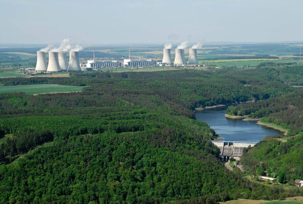 Jaderná elektrárna Dukovany s vyrovnávací nádrží Mohelno (zdroj ČEZ).