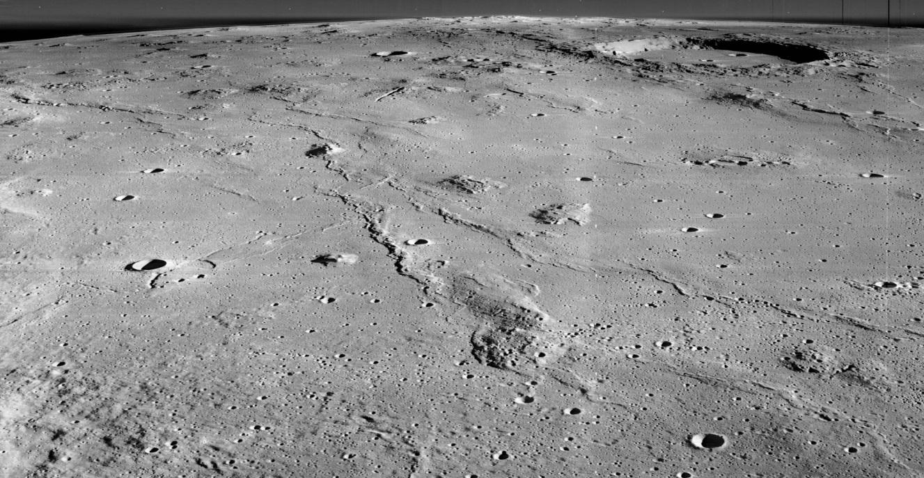Oblast Mariových kopců v bočním pohledu vyfotografována americkou družicí Měsíce LRO (zdroj NASA).