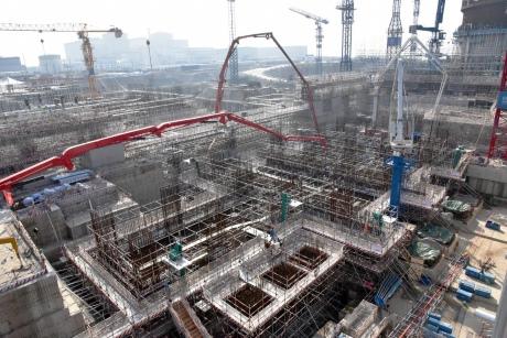 Čína intenzivně buduje všechny nízkoemisní zdroje. U ní se ukáže jejich potenciál v  masivním měřítku. Jaderná elektrárna Fangchenggang bude mít celkově šest bloků. Jako pátý a šestý se budují nejnovější čínské bloky III+ generace Hualong One. (Zdroj