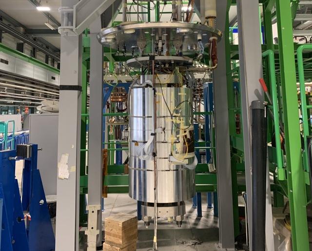 Obrázek z vývoje nových magnetů pro LHC. Demonstrátor magnetu docílil v březnu 2020 v píku intenzitu magnetického pole 16,5 T (zdroj CERN).