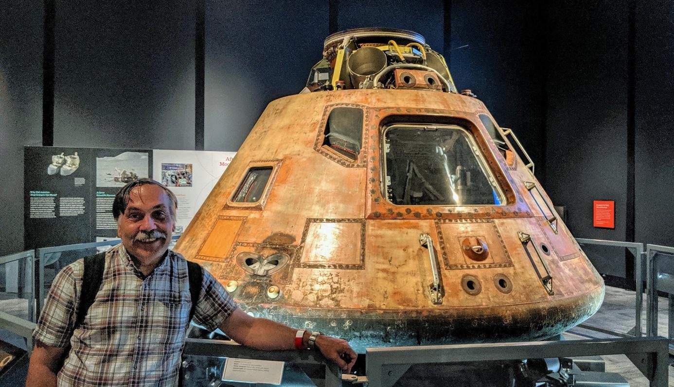 """Nemám rád fotky typu """"já a něco"""", ale jednu si nemohu odpustit. Díky tomu, že jsem se nedávno octl na chvíli v Seattlu, kde probíhala v místním leteckém muzeu výstava k výročí letu Apolla 11, mohl jsem se i dotknout kabiny právě Apolla 11. (zdroj Mar"""