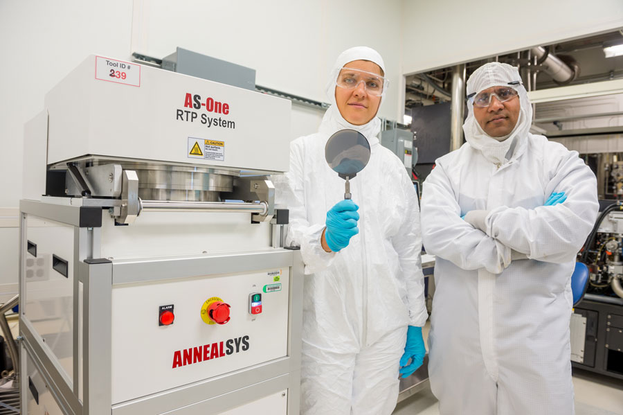 Anirudha Sumant vpravo. Kredit: Argonne National Laboratory.
