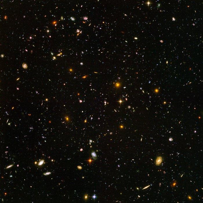 HUDF (Hubble Ultra Deep Field) umožňuje studovat i ty nejvzdálenější galaxie s maximálním rudým posuvem a dovolují studovat evoluci a velkorozměrovou strukturu vesmíru (zdroj NASA).