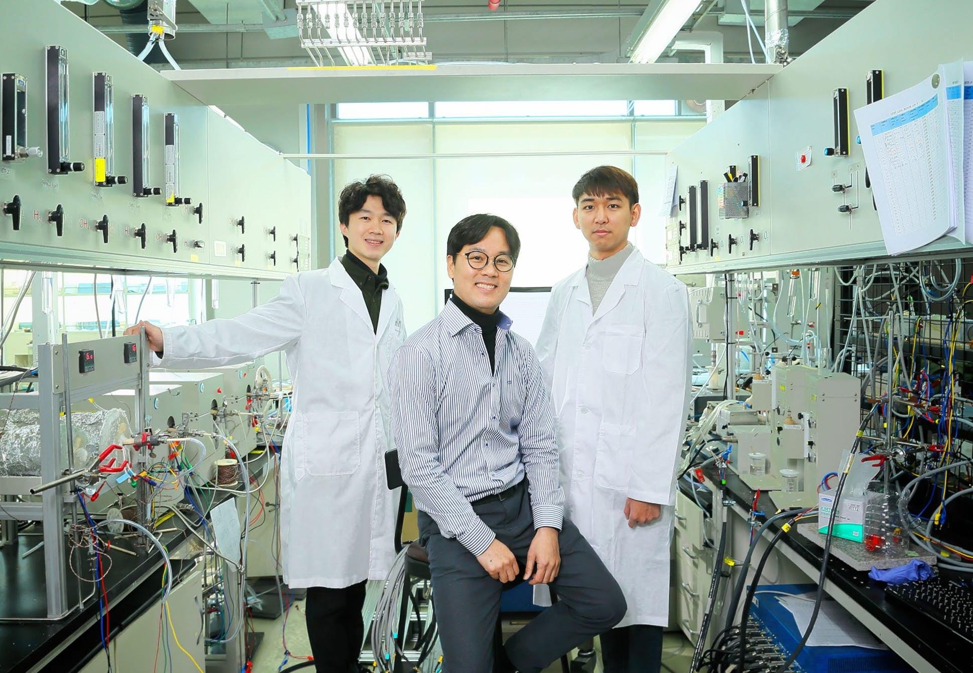 Junyoung Kim (vlevo) se svým týmem. Kredit: UNIST.