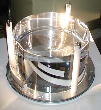 Jedno ze zrcadel o hmotnosti 40 kg pro odraz laserového svazku na koncích tunelů. Kredit: Caltech/MIT/LIGO Lab