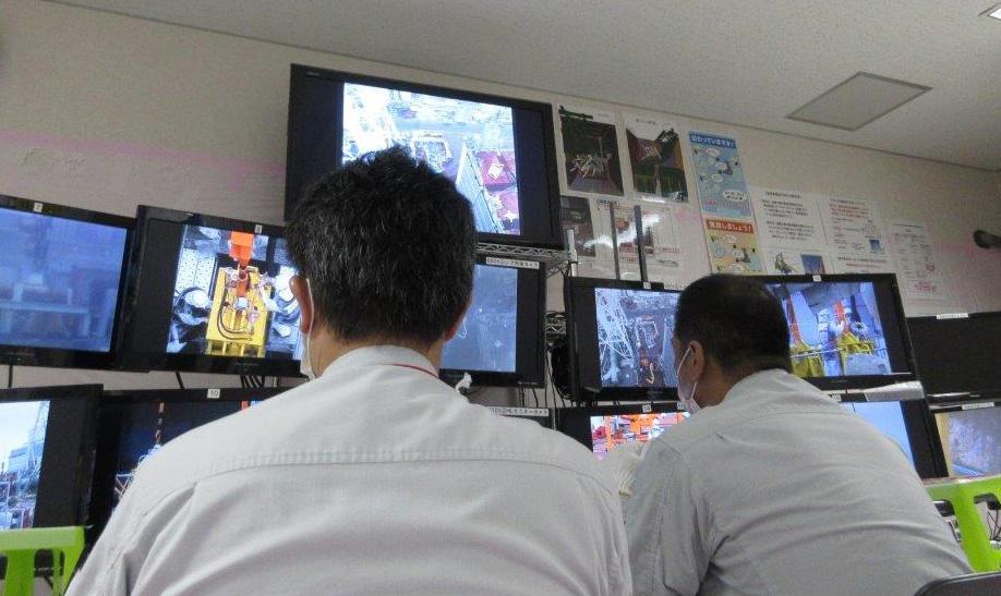 Ĺ?ĂdĂcĂ stĹ™edisko, kde se ovládajĂ automaty a jeřáby, kterĂ© odstraĹ?ujĂ trosky z bazĂ©nu tĹ™etĂho bloku (zdroj TEPCO).