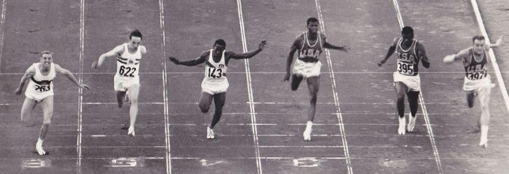 Snímek z tzv. fotofiniše ve finále běhu na 100 metrů na Olympijských hrách v Římě roku 1960. Stříbrný finalista David W. Sime je zde zcela vpravo. Právě v tomto běhu údajně dosáhl tehdy rekordní rychlosti 41,04 km/h. Kredit: Wikipedie (volné dílo)