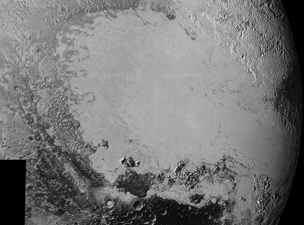 Mozaika vytvoĹ™ená ze snĂmkĹŻ s vysokĂ˝m rozlišenĂm. Fotky dorazily na zemi mezi 5. a 7. zářím. SnĂmku dominuje ledová pláĹ? neoficiálnÄ› nazvaná Sputnik Planum, ale vidĂme tu i širokĂ© spektrum terĂ©nĹŻ, kterĂ© tuto pláĹ? obklopujĂ.