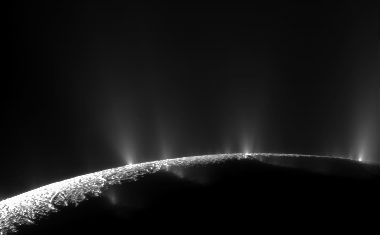Mozaika dvou snímků ukazuje gejzíry Enceladu zachycené sondou Cassini. Zdroj:NASA/JPL/Space Science Institute