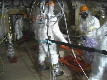 Pracovnici firmy Toshiba vkládají robota do kontejnmentu (zdroj TEPCO).