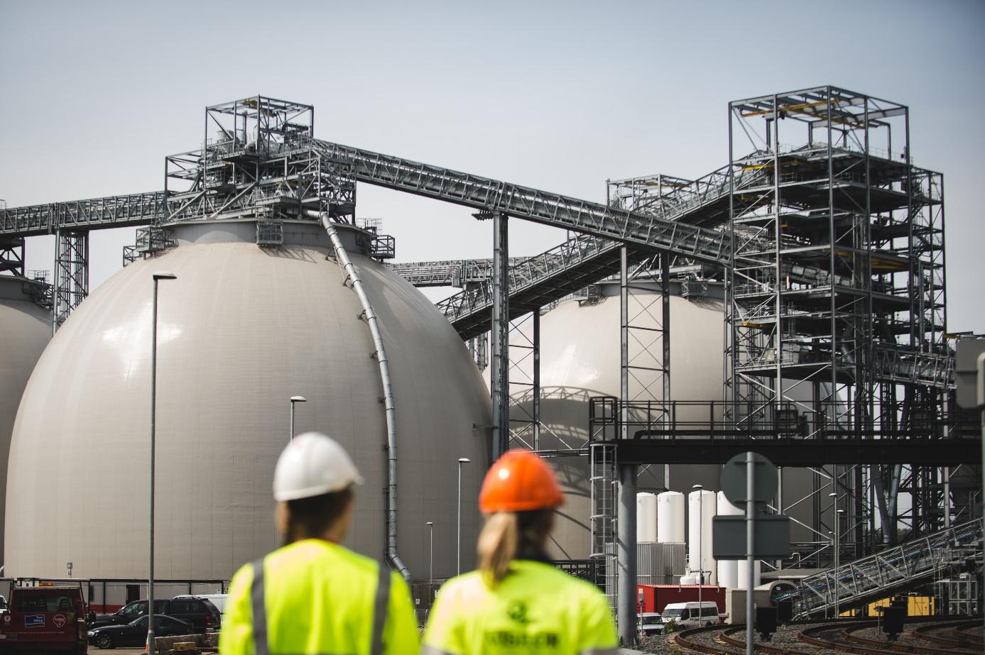 Sklady na dovezenou biomasu u elektrárny Drax (zdroj DRAX).