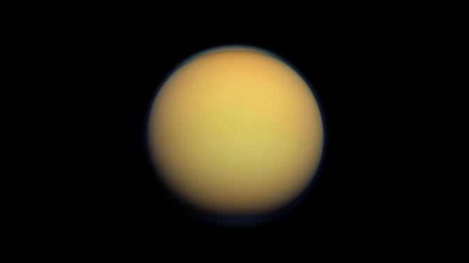 Snímek Titanu pořízený sondou Cassini (zdroj NASA).