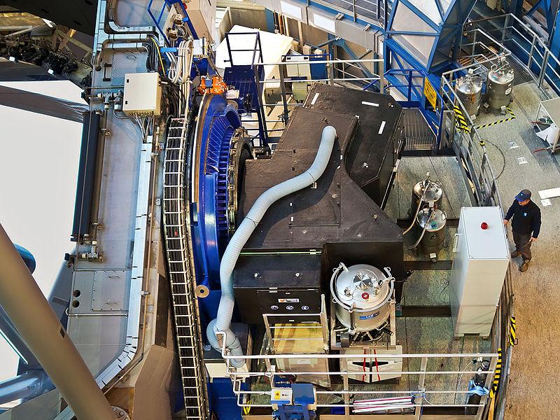 Zařízení SPHERE (černý objekt), připojené kteleskopu č. 3 soustavy teleskopů VLT. Kredit: ESO / J. Girard.