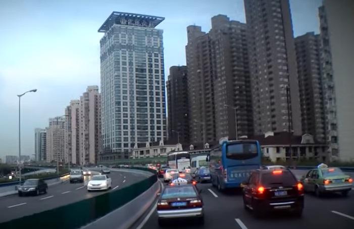Růst populace s sebou nese to, čemu se říká urbanizace. Je s ní spojena nejen koncentrace lidí a změna kultury, ale také to, že stále více z nás  je vystaveno trvalému smogu a hluku.