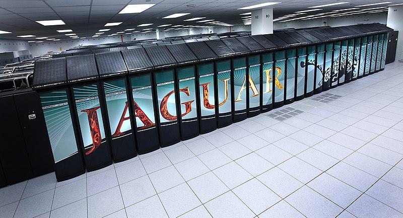 Superpočítač ORNL Jaguar v roce 2009, kdy měl 224 000 procesorových jader a celkově přes 360 TB kombinované lokální paměti. (zdroj ORNL).