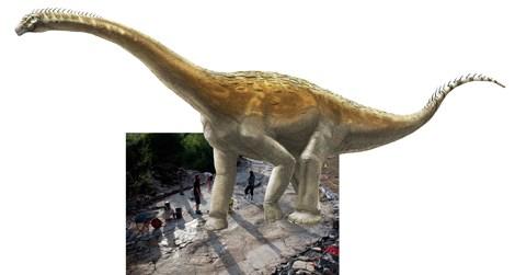 Ilustrace přibližného vzhledu původce fosilní série stop v Plagne s pozadím v podobě fotografie otisků. Velikost sauropodního dinosaura na obrázku by tedy mohla přibližně odpovídat v poměru k velikosti osob na snímku. Kredit: A. Bénétéau (ilustrace),