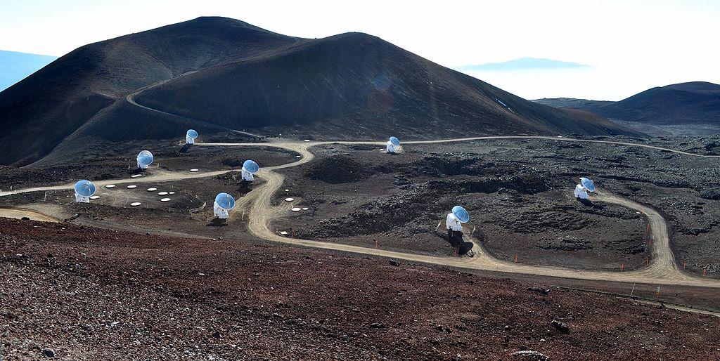 Submillimeter Array, Mauna Kea. Kredit: Afshin Darian / Wikimedia Commons.