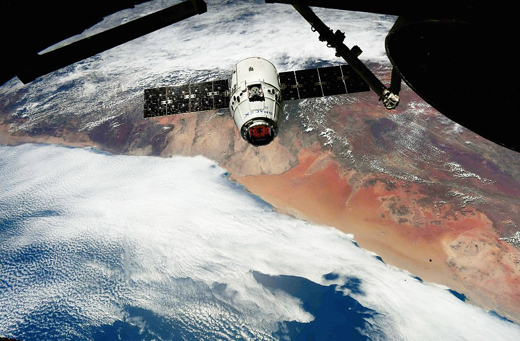 Kosmická loď Dragon parkuje u ISS během letu CRS-14. Kredit: NASA / Ricky Arnold.