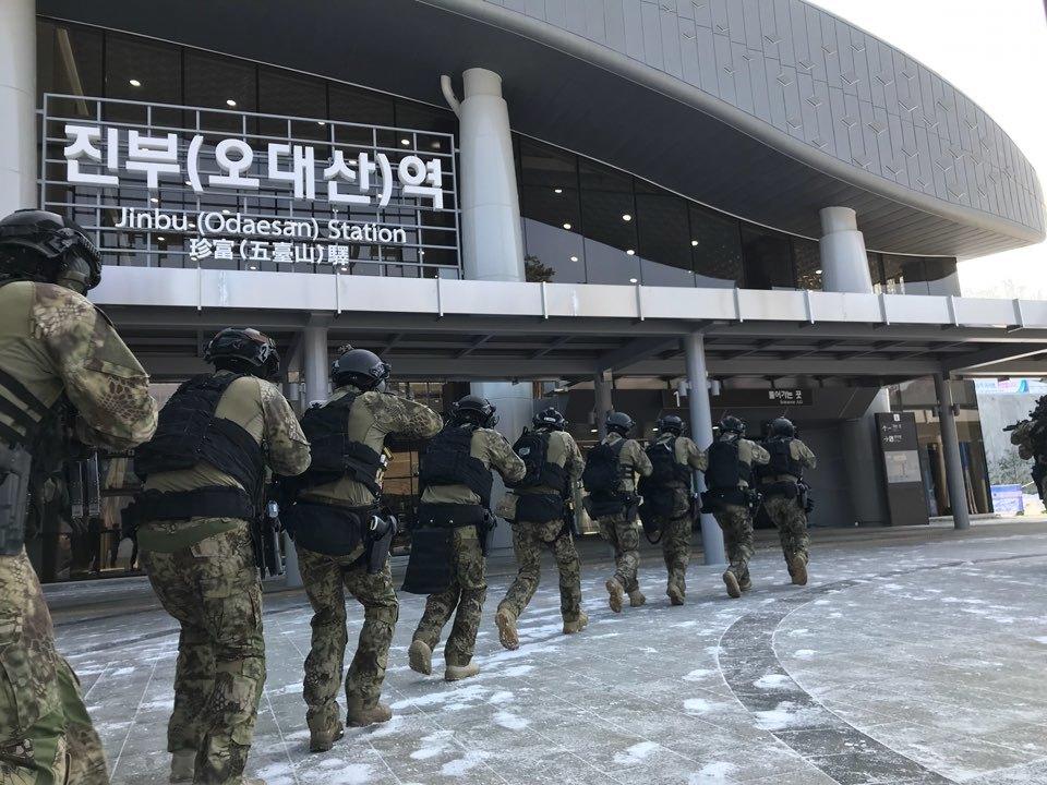 Cvičení protiteroristické jednotky před začátkem her. Kredit: Pyeongchang Olympics anti-Terrorism and Safety Headquarters.
