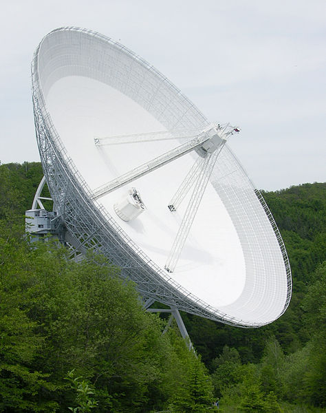 Effelsberg 100-m Radio Telescope. Kredit: Dr. Schorsch / Wikimedia Commons.