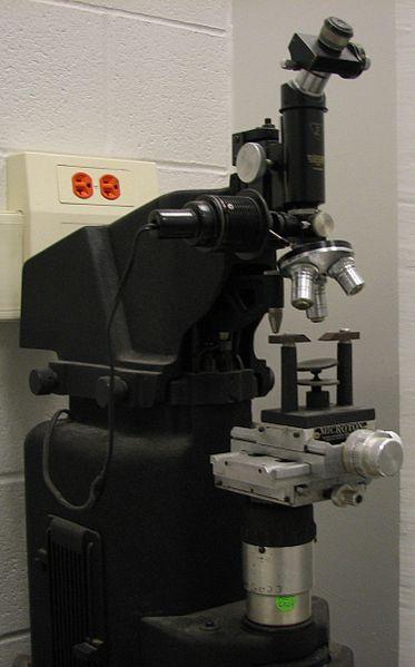 Zařízení pro zkoušku tvrdosti podle Vickerse. Kredit: Tariqabjotu / Wikimedia Commons.