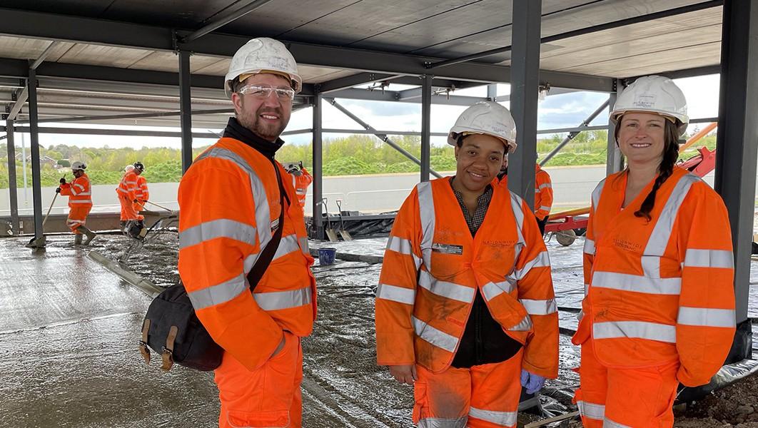 Stavba první základové desky zkonkretenu. Kredit: University of Manchester/Nationwide Engineering.