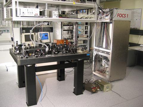 Švýcarské atomové hodiny FOCS-1 zroku 2004. Zpozdí se o 1 sekundu za 30 milionů let. Kredit: METAS / Wikimedia Commons.