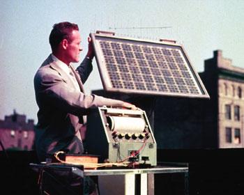 Jeden z prvních fotovoltaických panelů firmy Bell na počátku padesátých let.