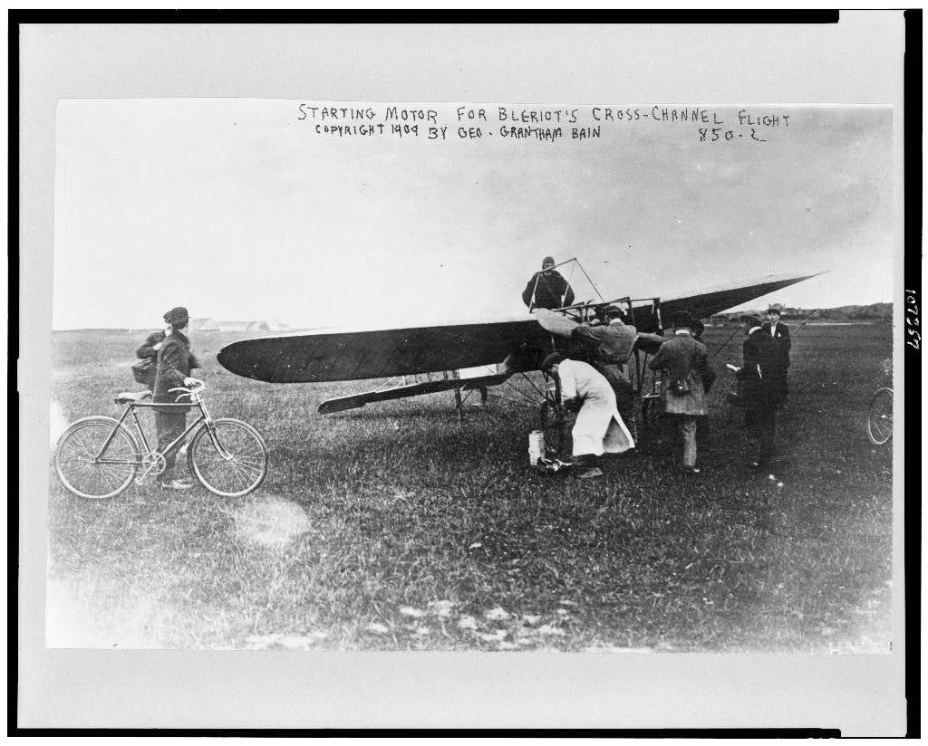 Použití obsahu flaštičky Vin Mariani k udržení bdělosti přiznal i Louis Blériot, který jako prvním  přelétl kanál La Manche z Calais do Doveru. (Kredit: Wikipedia, volné dílo)