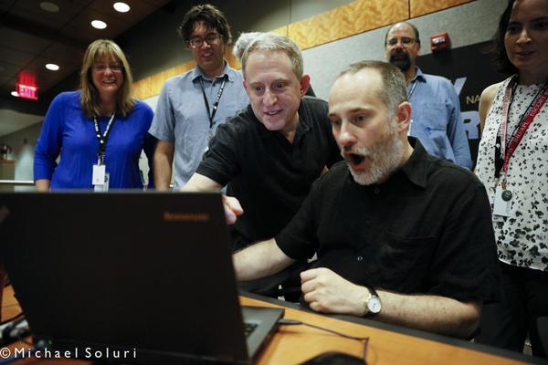 Plné pracovní nasazení. Místo činu: Johns Hopkins University Applied Physics Lab. Na snímku zleva: Cathy Olkin, Jason Cook, Alan Stern, Will Grundy, Casey Lisse, a Carly Howett.  Kredit: NASA/JPL/JHUAPL/https://twitter.com/newhorizons2015/Micha