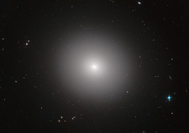 Plná života? Eliptická galaxie IC 2006. Kredit: ESO.
