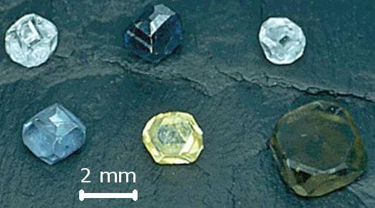 Syntetické diamanty. Kredit: Materialscientist / Wikimedia Commons.