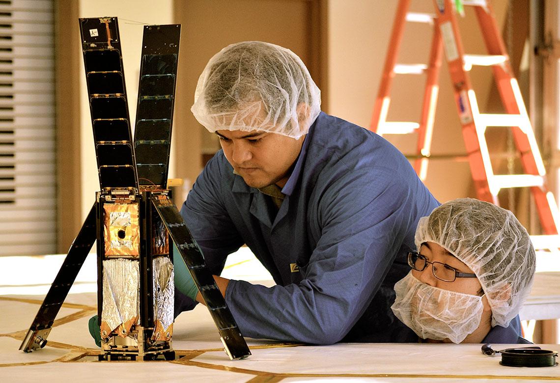 Technici Alex Diaz a Riki Munakata obhlĂĹľejĂ LightSail-1.  Zdroj: http://planetary.s3.amazonaws.com/
