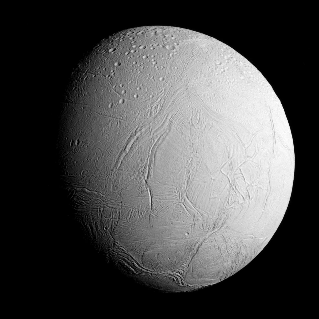 Ačkoli je Enceladus Mimasovým sousedem, skrývá pod svými ledovci bohaté zdroje vnitřního tepla a kapalný oceán (NASA/JPL)