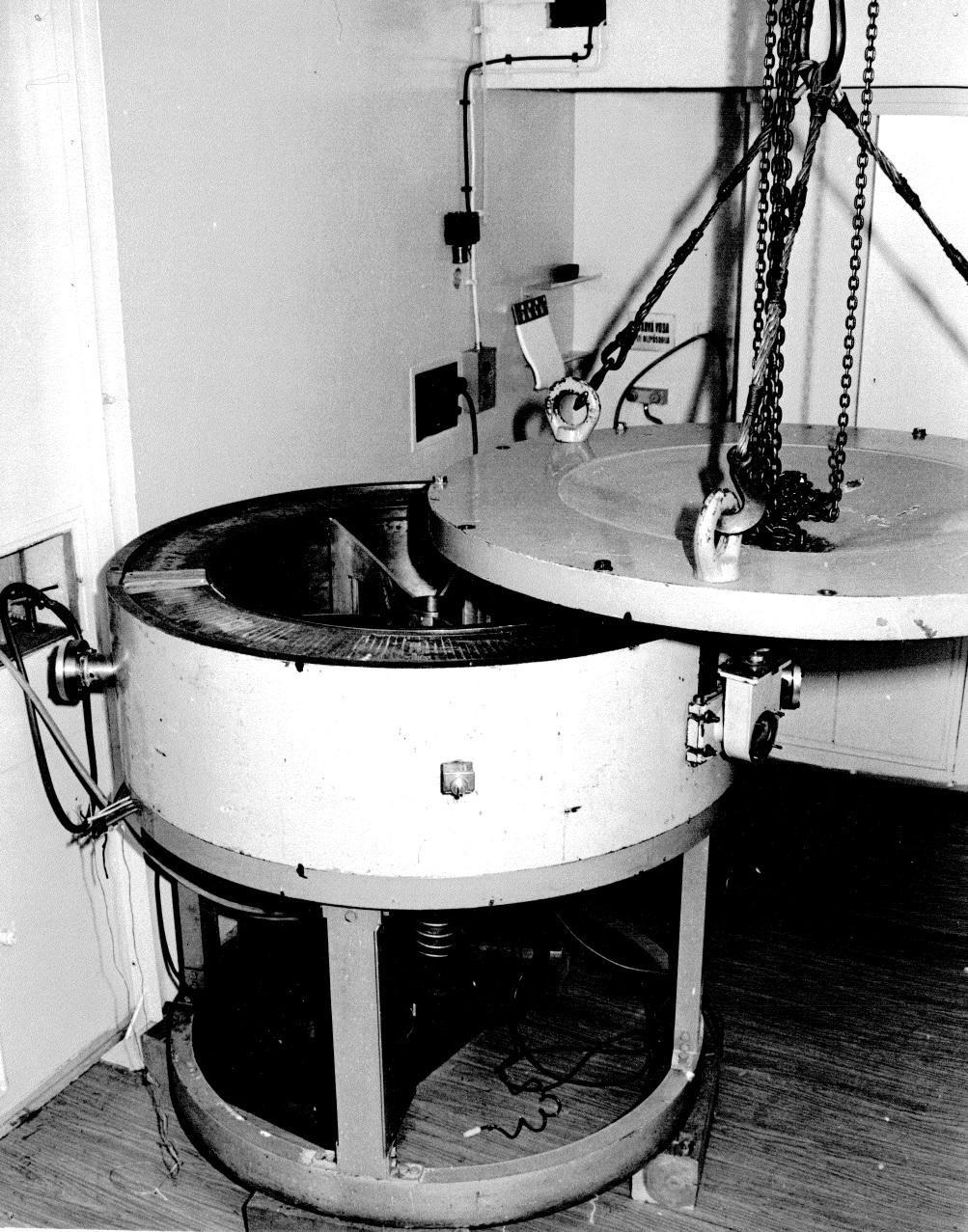 Magnetický spektrometr elektronů sestrojený v provizorních laboratořích tehdejšího ÚJF ČSAV v tribunách strahovského sportovního stadion v roce 1957 a později přemístěný do Řeže změřil mnoho spekter konverzních elektronů (zdroj ÚJF AV ČR).