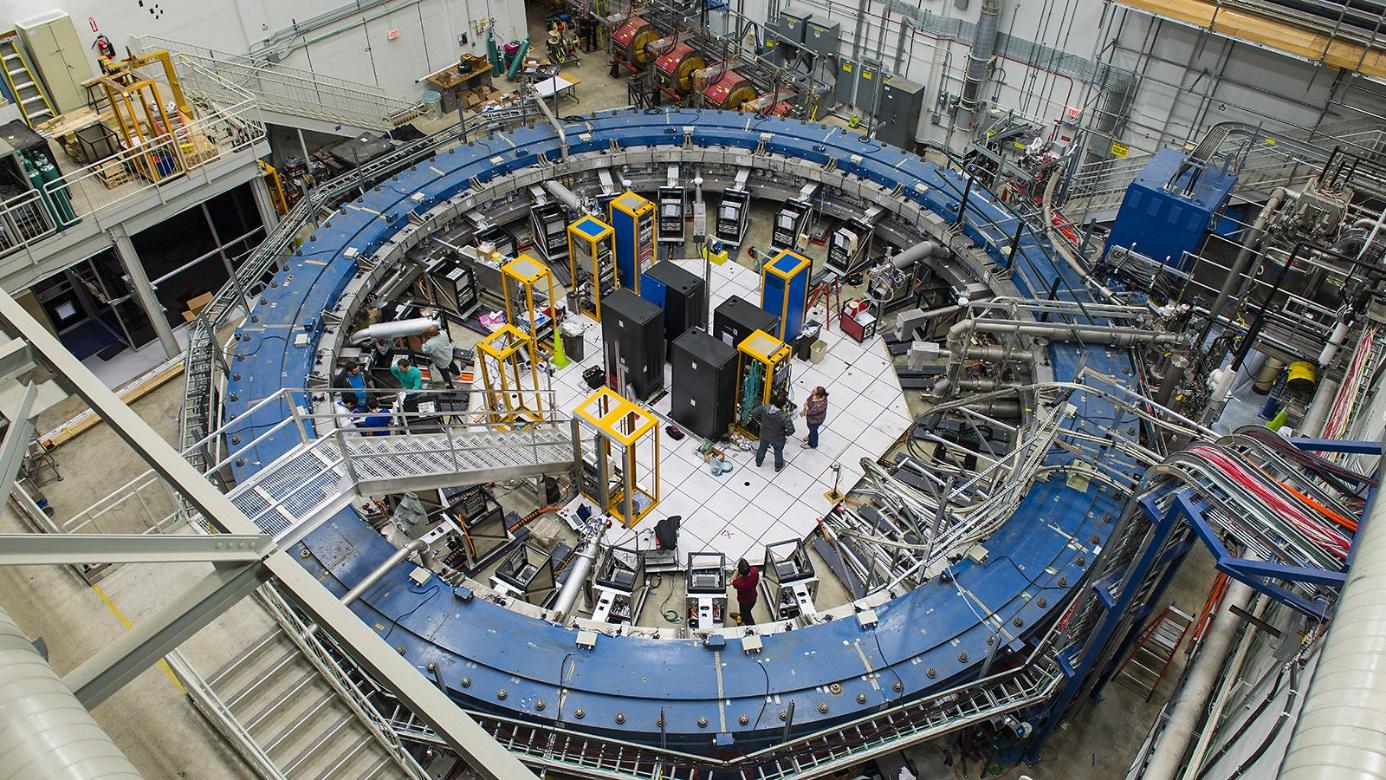 Nejpřesnější měření magnetického momentu mionu se provádí v laboratoři Fermilab na experimentu Mion g-2. Využívá se místní velice intenzivní zdroj mionů. Nová vylepšená sestava se v současné době rozbíhá (zdroj Fermilab).