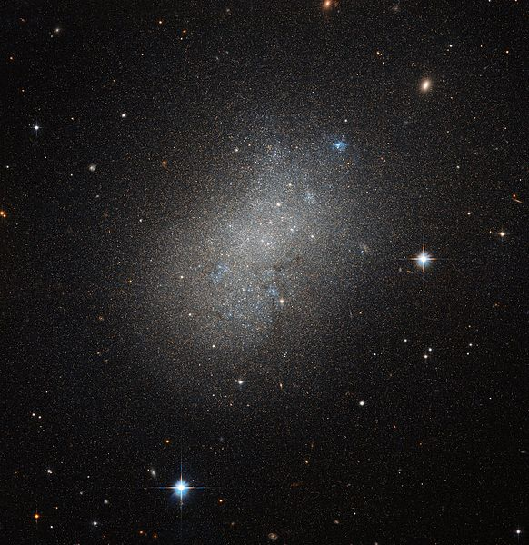 Elegantní trpasličí galaxie NGC 5264 sasi 1 miliardou hvězd. Kredit: ESA/Hubble & NASA.