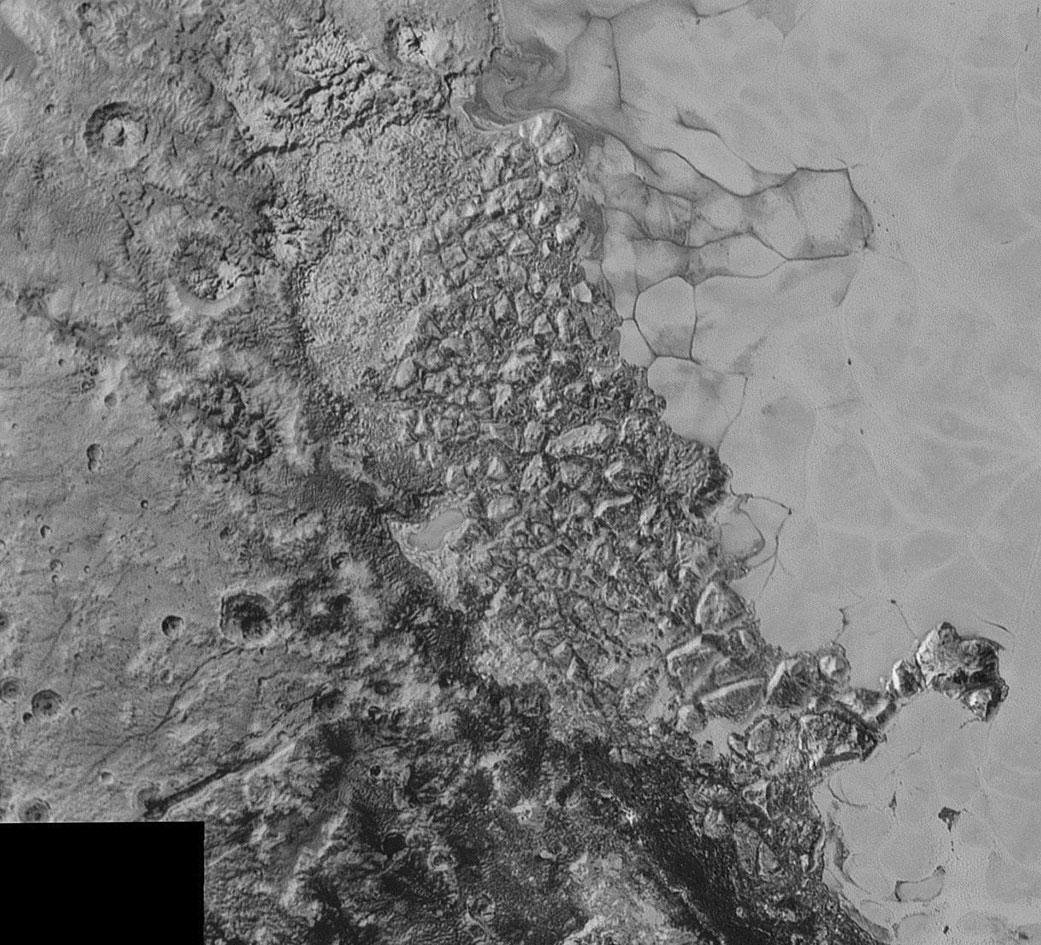 Uprostřed snímku, který pokrývá oblast o šířce 470 km, vidíme zvláštní rozlámaný terén, který leží na severozápadním cípu pláně Sputnik (napravo). Rozlišení snímku je 800 metrů a vznikl ve vzdálenosti 80 000 km. Zdroj: htt